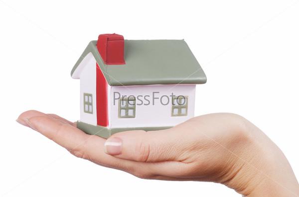 Модель дома в женской руке, изолированная на белом фоне
