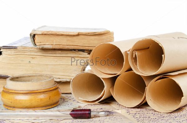 Стопка старых книг, свитки и письма, изолированные на белом фоне