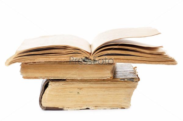 Стопка старых книг, изолированная на белом фоне