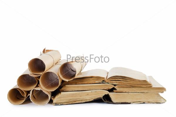 Фотография на тему Стопка старых книг и свитки, изолированные на белом фоне