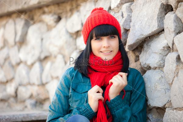 Красивая девушка в красной шапочке и шарфе