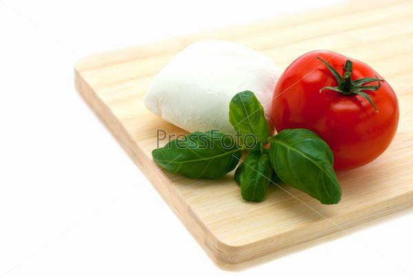 Моцарелла, базилик и помидор на досочке