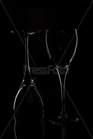 Пустые бокалы на черном фоне