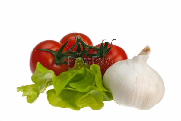 Помидоры, чеснок и салат на белом фоне