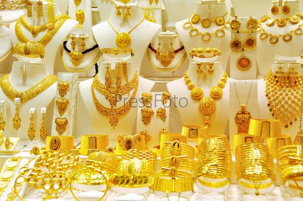 Фотография на тему Бижутерия из желтого и белого золота в витрине магазина