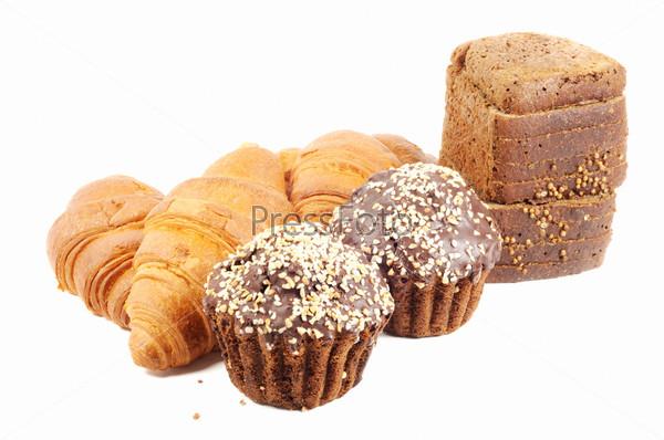 Шоколадные кексы с орехами, круассаны и черный хлеб на белом фоне