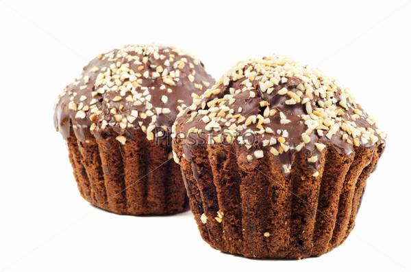 Шоколадные кексы с орехами на белом фоне