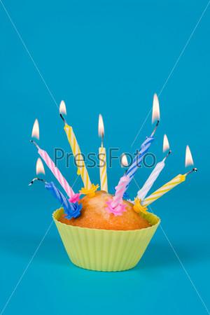 Праздничный кекс со свечами на градиентном фоне