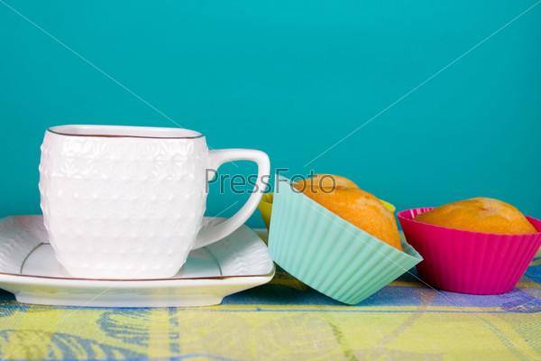 Чай и кексы на скатерти