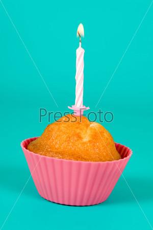 Фотография на тему Праздничный кекс со свечой на градиентном фоне