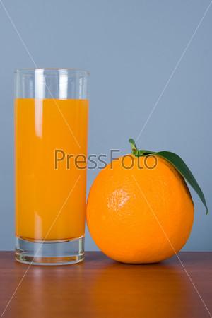 Фотография на тему Апельсин и сок в стакане на столе
