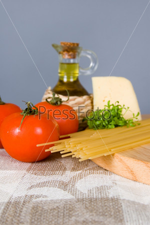 Спагетти и помидоры на столе