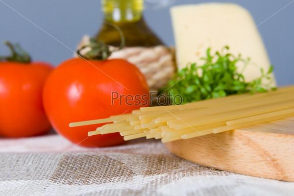 Фотография на тему Спагетти и помидоры на столе