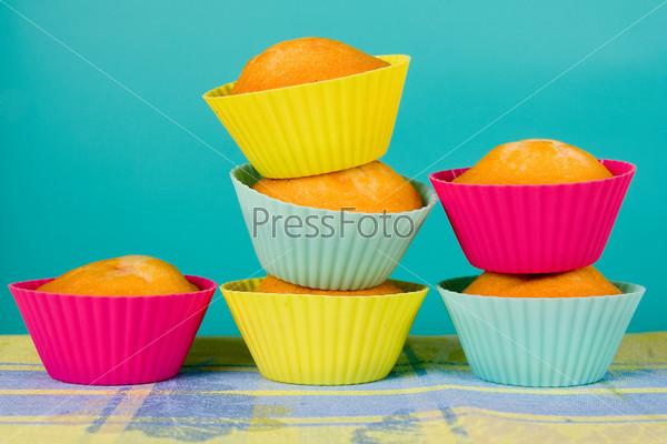 Праздничные кексы на градиентном фоне