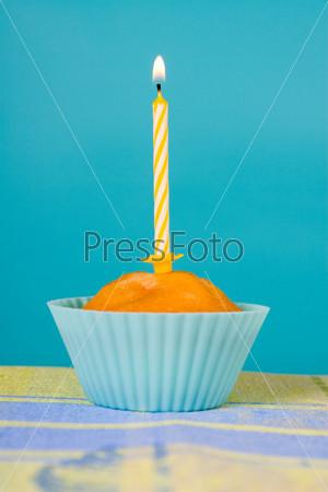 Фотография на тему Праздничный кекс со свечами на градиентном фоне