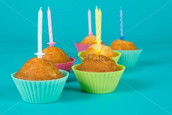 Праздничные кексы со свечами на градиентном фоне