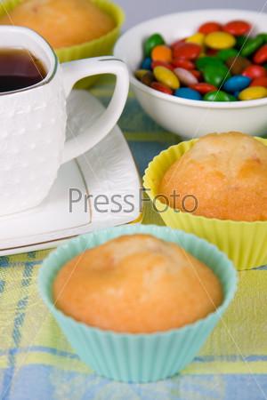 Чай и сладости на скатерти