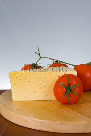 Сыр с свежими томатами на сером фоне