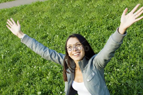 Фотография на тему Девушка в куртке с руками, поднятыми к небу