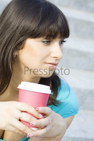 Красивая девушка со стаканчиком кофе