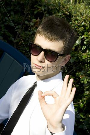 Молодой человек на свежем воздухе показывает знак ОК