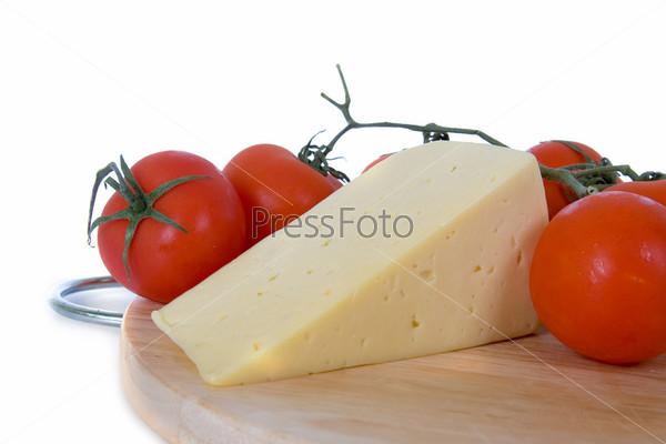 Фотография на тему Сыр с свежими томатами на белом фоне