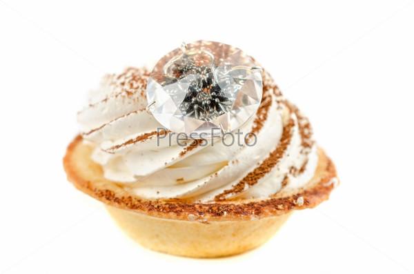 Кекс с кольцом на белом фоне