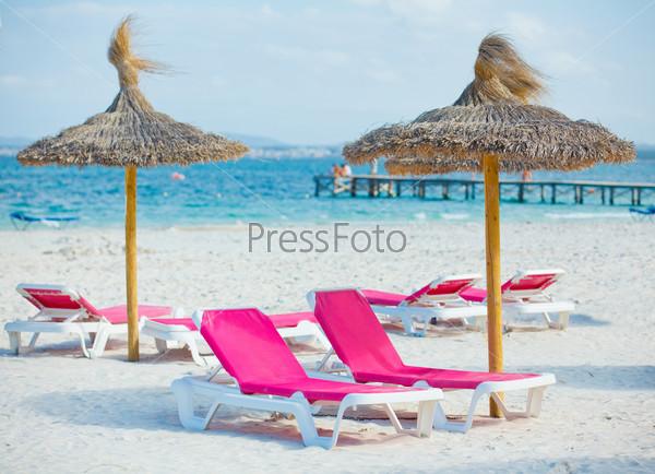 Два лежака и зонтик на пляже