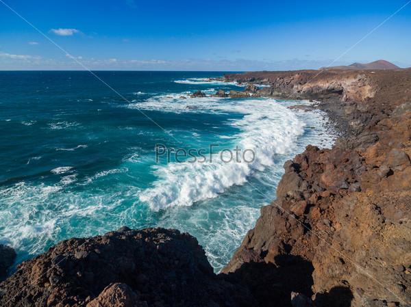 Буря на море. Вид со скал на побережье
