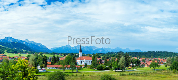 Панорама Альпийского луга и деревни. Австрия, окраина деревни Гозау