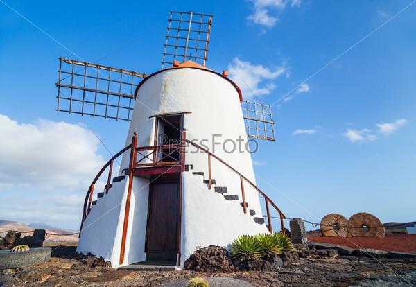 Фотография на тему Типичная ветряная мельница, Лансароте, Канарские острова, Испания