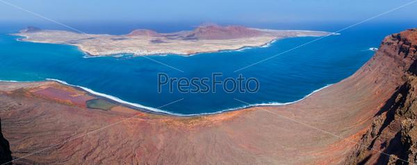 Панорамный вид на остров Ла Грасиоса с острова Лансароте, Испания