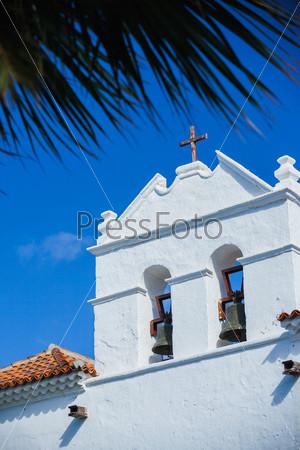 Церковный фасад на фоне ярко-голубого вечернего неба. Лансароте, Испания
