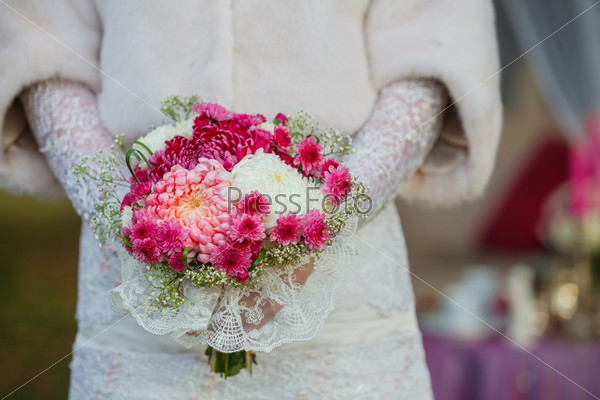 Невеста с букетом в руках