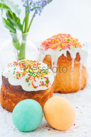 Фотография на тему Пасхальный кулич и красочные яйца на праздничном столе