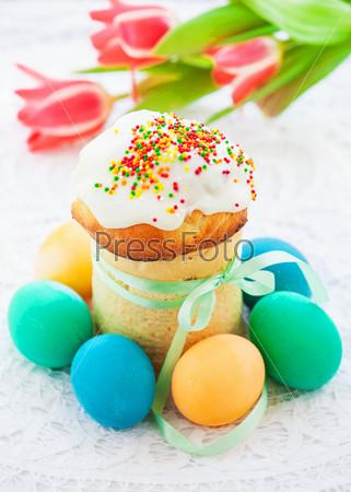 Пасхальный кулич и красочные яйца на праздничном столе