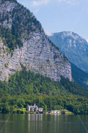 Замок вблизи альпийского городка Гальштат и озеро Хальстаттер, Австрия