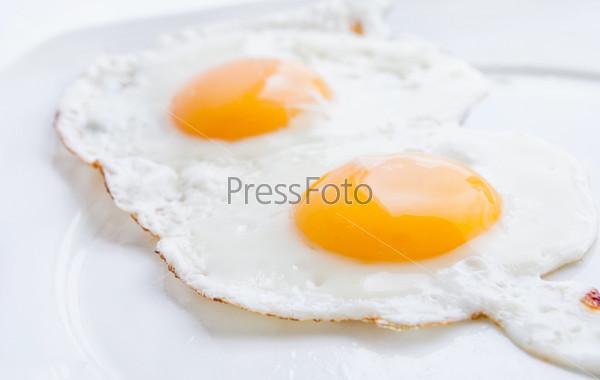 Двойная яичница на белом фоне
