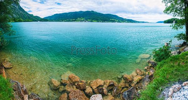 Панорама синего прозрачного альпийского озера. Зальцкаммергут. Австрия