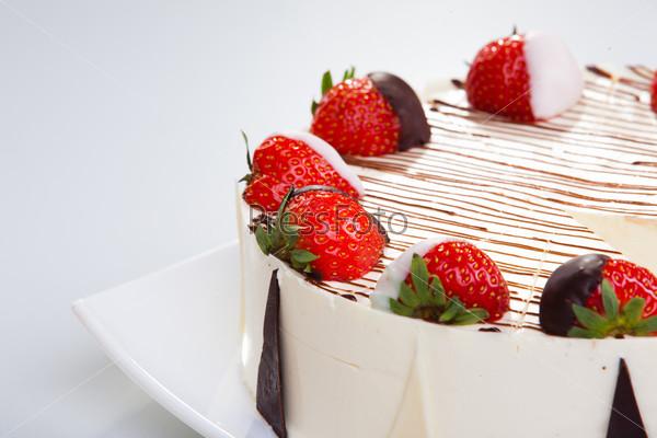 Фотография на тему Чизкейк с шоколадом и клубникой крупным планом на белом фоне