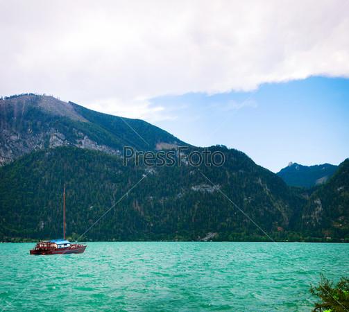 Яхта на голубом альпийском озере. Зальцкаммергут. Австрия