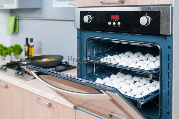 Свежая меренга с кремом готова к выпечке