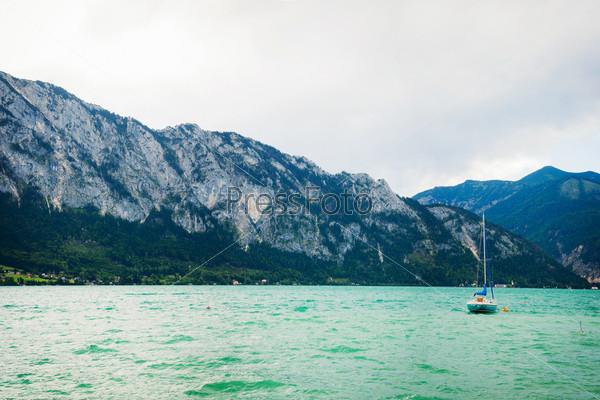 Фотография на тему Яхта на голубом альпийском озере. Зальцкаммергут. Австрия