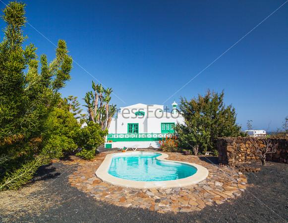 Типичная загородная вилла с бассейном. Лансароте, Канарские острова, Испания