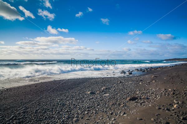 Экзотический пляж с черным песком на Лансароте, Канарские острова, Испания