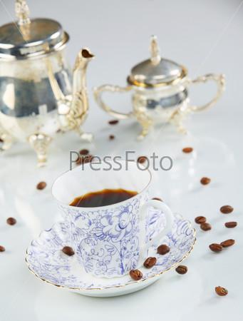 Кофейная чашка и кофе в зернах крупным планом