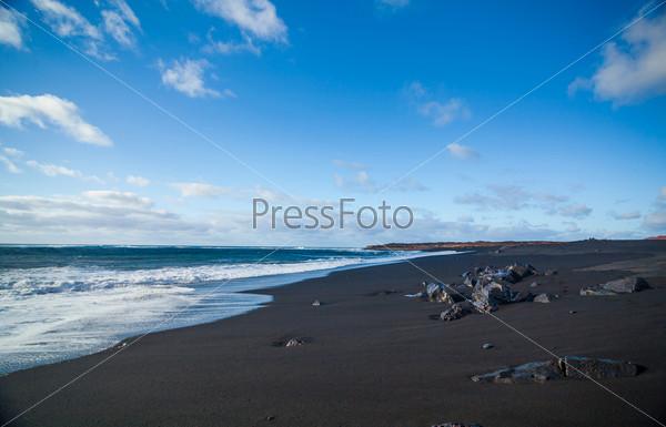 Фотография на тему Экзотический пляж с черным песком на Лансароте, Канарские острова, Испания