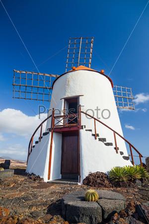 Типичная красивая ветряная мельница на Лансароте, Канарские острова, Испания