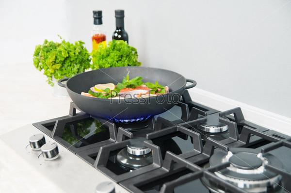 Фотография на тему Красная рыба с мятой и лимоном на черной сковороде на кухне