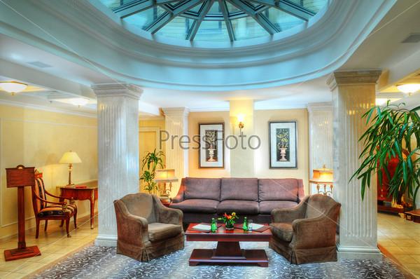 Роскошный интерьер современной гостиной в гостинице